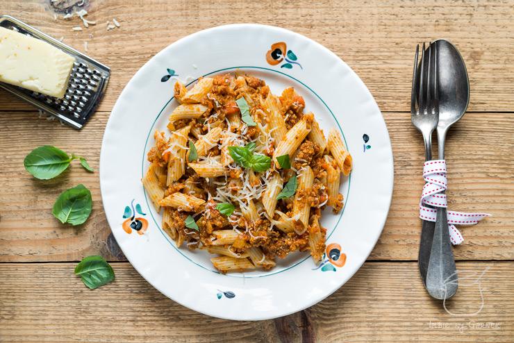 Przepis na makaron penne w sosie pomidorowym z białą kiełbasą | Imbirowy Garnek