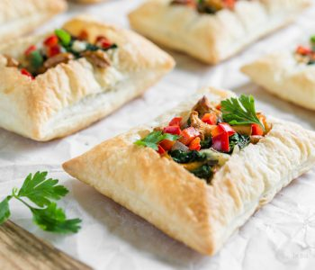 Kurki duszone ze szpinakiem na cieście francuskim | Przepis | Imbirowy Garnek